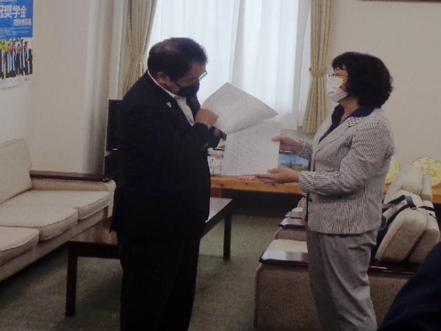埼玉県県民生活部長に要望書を手渡しました